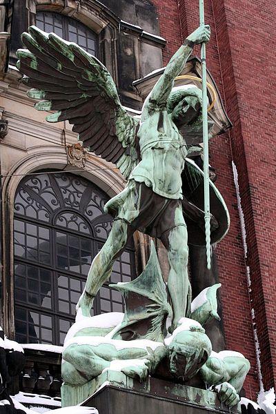 400px-Erzengel_Michael-Statue_über_dem_Portal_der_St._Michaeliskirche_Hamburg